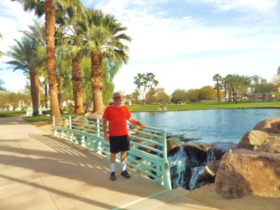 Old Town La Quinta: Lots of water in park