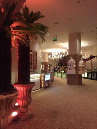 Hilton Doha: خيمة فندق هيلتون الدوحة مكان راقي ومريح والبوفية روعة  توجد فرقة مع تخت شرقي واجواء ساحرة  مع شي