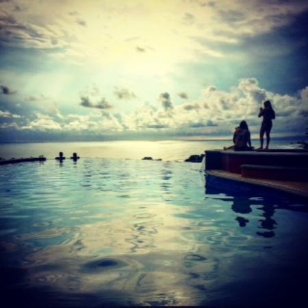 Vista de Olas Restaurant: Infinit pool and hot tub (right) overlooking ocean