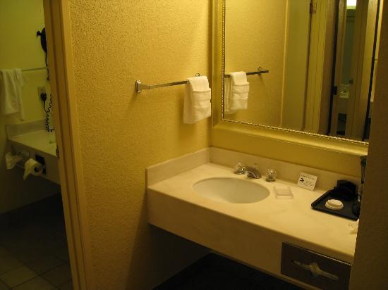 Country Inn & Suites By Carlson, Ventura : 2nd vanity