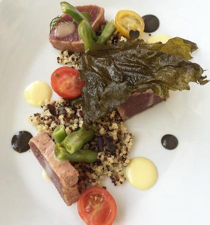 Nesaea: tuna tataki/quinoa/vine leaves
