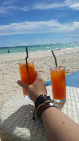 Sur Beach Resort: Cheeky cocktails on the beach :)