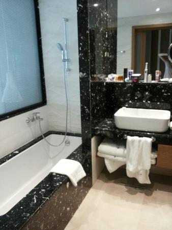 Paliouri, Greece: Junior Suite mit Meerblick (schönes Zimmer, leider gar nicht passend zu den Management Bildern)