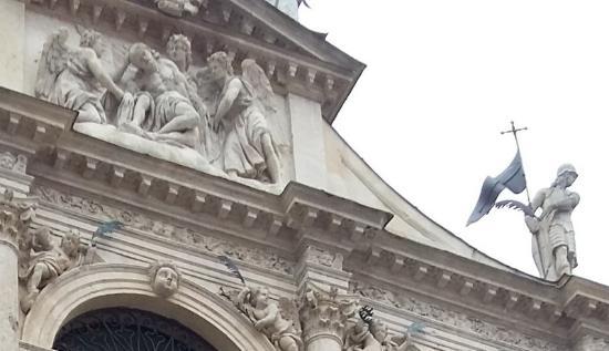 Chiesa di S.Vincenzo: facciata particolare Cristo e angeli