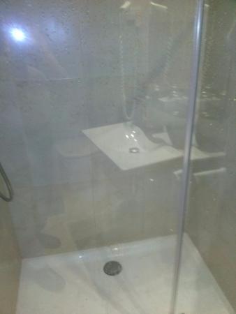 Hotel Arrizul Center: Pese a tener cuidado con la salida del agua de la ducha, se inunda el resto por ajustar ma la pu