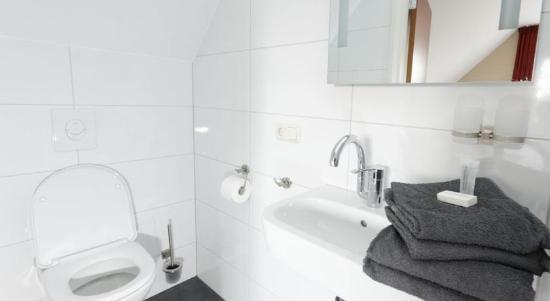 Hotel badkamer - Foto van Hotel Cafe Restaurant Hegen, Wezup ...
