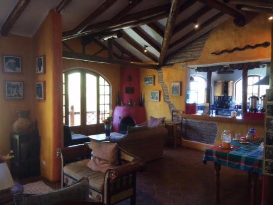 La Casa Sol Otavalo: Estar al lado del comedor