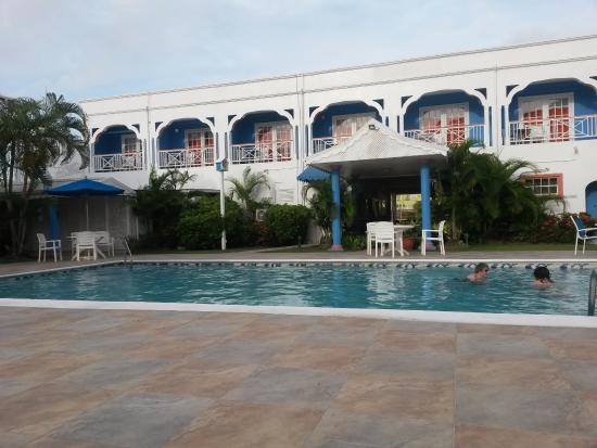 Bay Gardens Inn: Espace piscine + bains de soleil