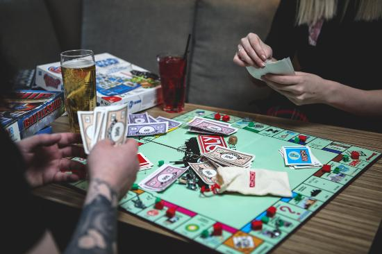 Siberia Vodka Bar: Why not play a board game?