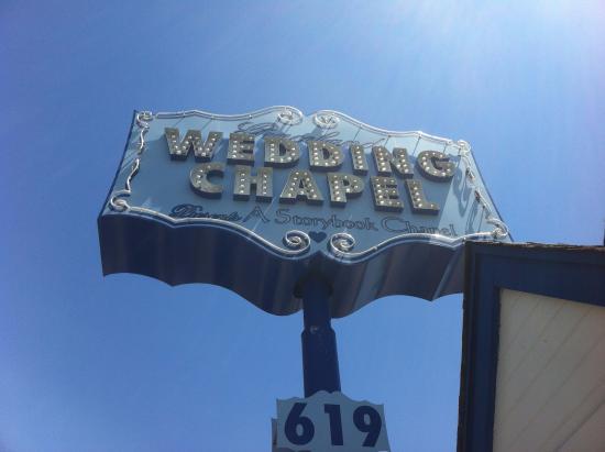 A Storybook Wedding Chapel : cartel desde afuera