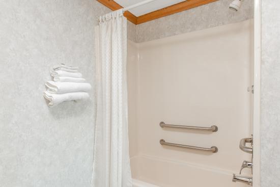Liverpool, Nowy Jork: Accessible Bathtub