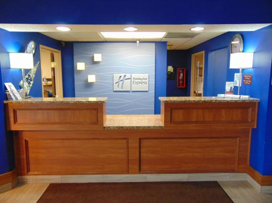Holiday Inn Express Mishawaka: Hotel Front Desk
