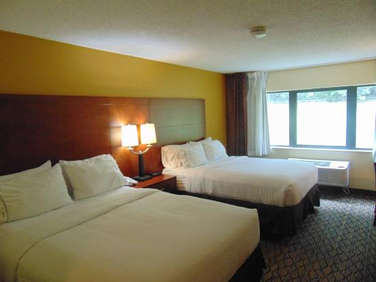 Holiday Inn Express Mishawaka: Double Queen Hotel Room