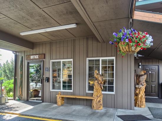 Chalet Motel: Office