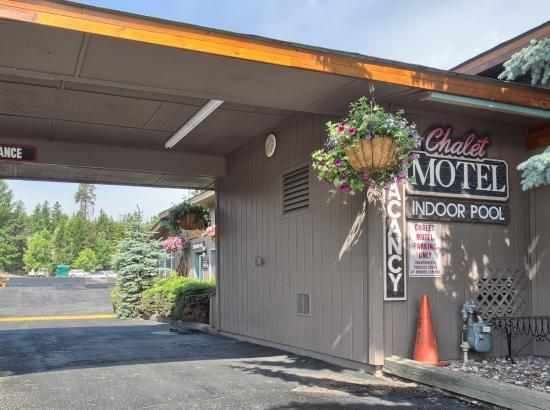 Chalet Motel: Overhang