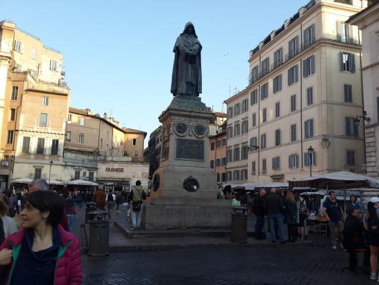 Piazza Farnese : Statue and bazaar