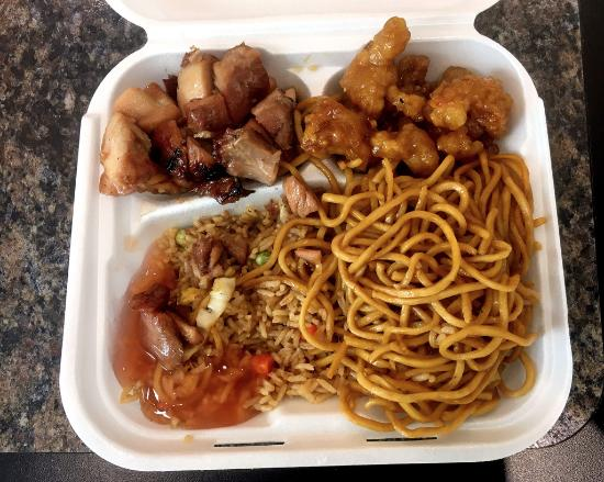 Victor, Nova York: Famous Wok combo Bourbon/Sesame Chicken, rice and noodles