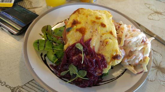 Oriel Y Parc Cafe: Welsh rarebit with a lovel home-made salad and slaw - yummy!