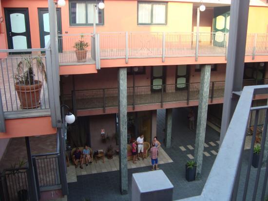 مارينا بالاس هوتل آند كونجريس هول: widok na wewnętrzne patio