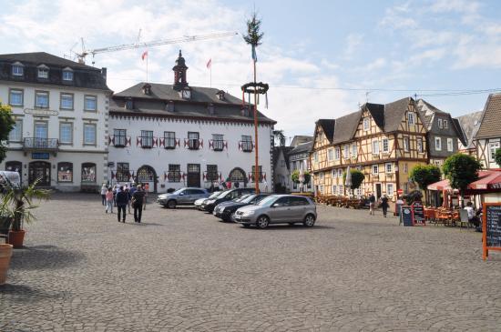 Linz am Rhein, Germania: Главная площадь с мэрией