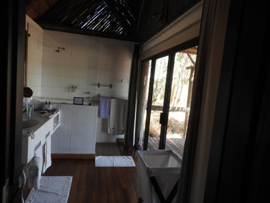 Savute Safari Lodge: Bath with view out to the Savute channel