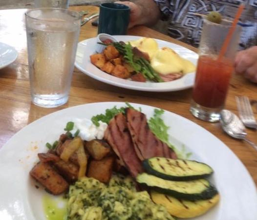 Holualoa, Hawái: Green eggs and ham with a Bloody Mary and eggs benedict