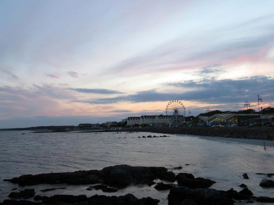 Marless House Bed & Breakfast: Walking along the Salthill Promenade - steps from the B&B