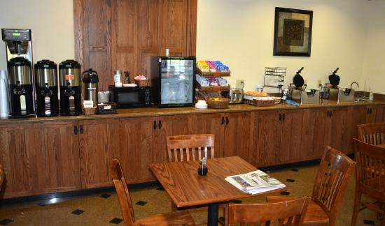 Mountain Inn & Suites Airport: Breakfast Bar