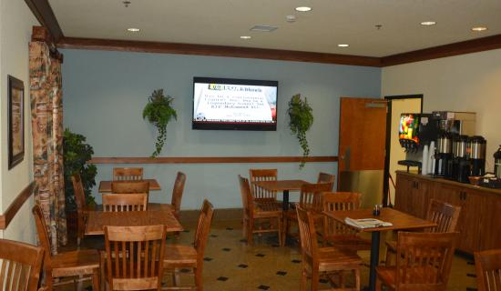Mountain Inn & Suites Airport: Breakfast Dining Area