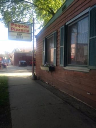 pequods Pizza: Picture of the outside.