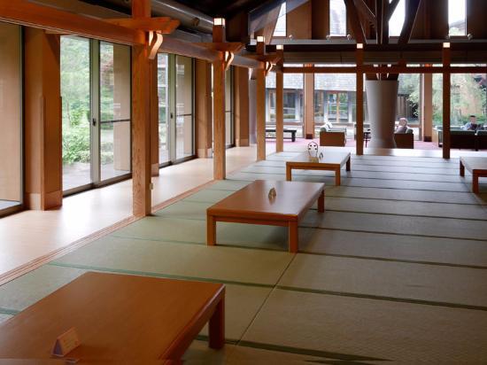 Kagamino-cho, Japon : 無料休憩所、畳とソファー、広々~。