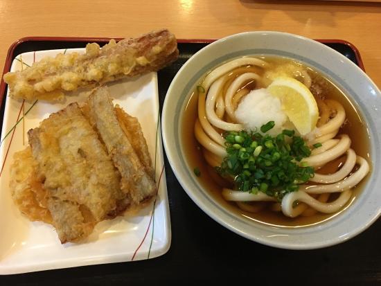 Sanukiudonjobe: 元プロ野球選手からなのかはわかりませんが、うどんのコシが凄いです! 出汁は優しくて、天ぷらとも相性バツグン。 どのお客さんも黙々と食べて、サクッと帰っていくので、回転も早いです。