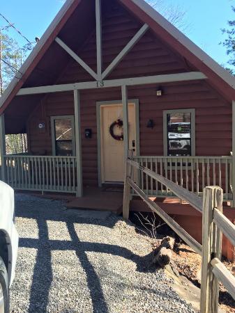 Honeymoon Hills Cabin Rentals: front of cabin