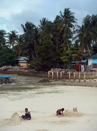 Wakatobi, Indonesia: Kids building sand castle