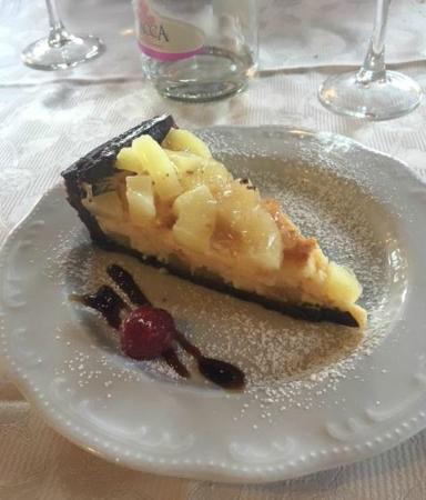 La Casa Dei Nonni : crostata al cioccolato con crema cotta e ananas caramellato