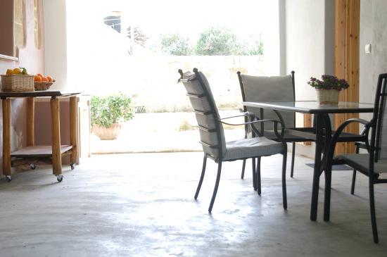 Sirili, Greece: Δροσερό αίθριο,  κουζίνα - τραπεζαρία