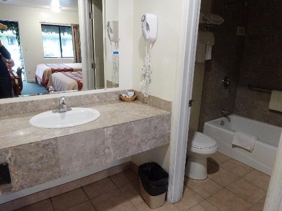Monterey Oceanside Inn: Bereich vor dem Badezimmer und Sicht ins Badezimmer