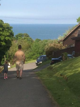 Watermouth Lodges: walking from our lodge to the playarea