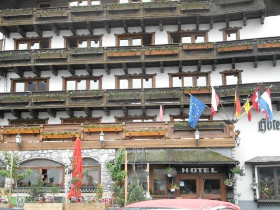 Flirsch, Austria: les balcons n'étaient pas encore fleuris et le drapeau Français?