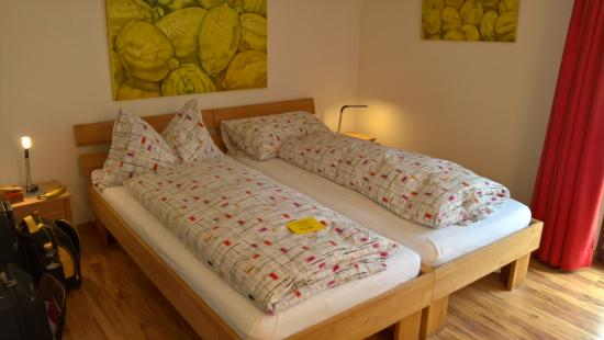 Alpha Thun: Double bed in the Triple room