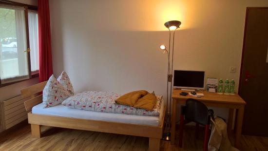 Alpha Thun: Single bed in the Triple room
