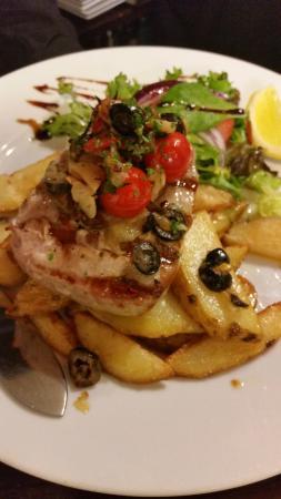 Piccolos Italian restaurant: delicious tuna steak with handmade chips