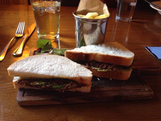 Red Lion Hotel: Mon repas, un bon petit sandwich et un crumble pomme framboise.  Bon et équilibré.