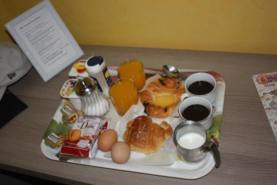 Rome Downtown Accomodation: Breakfast delivered to our room at our requested time
