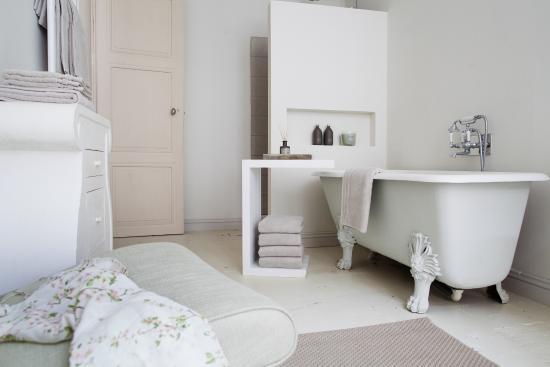Badkamer En Suite : Badkamer ensuite aangrenzend aan de master bedroom scheidingswand