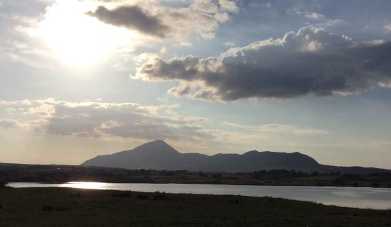 Liscarney, Irland: Late afternoon sun over Croagh Patrick from the upper yard