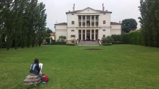 Piombino Dese, Italia: A fellow classmate drawing a quick sketch of the Villa.
