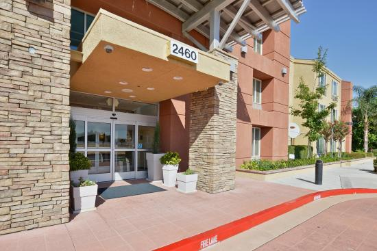 Holiday Inn Express Elk Grove: Entrance of Holiday Inn Express & Suites Elk Grove