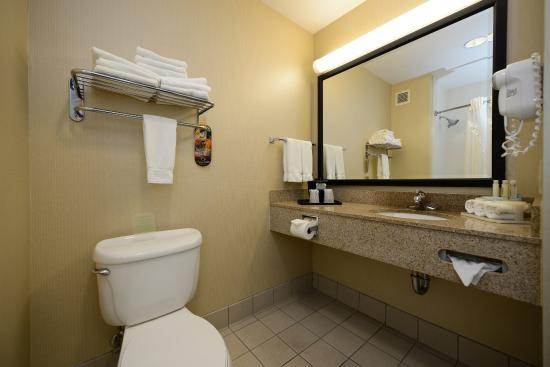 Holiday Inn Express Elk Grove: King Executive Bathroom