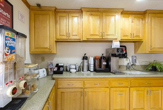 Econo Lodge West Dodge: Breakfast Area